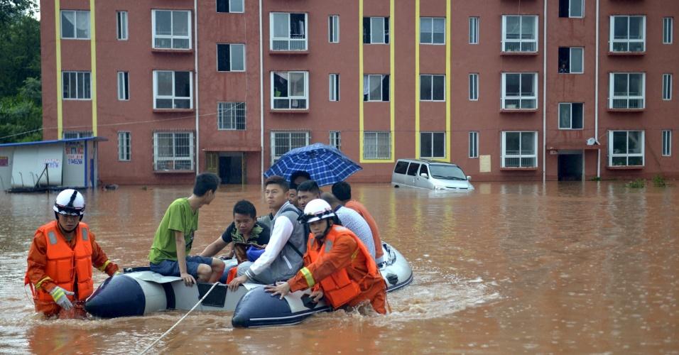 10.jun.2015 - Socorristas resgatam de barco moradores de uma área alagada na cidade de Yuqing, na China. Ao menos oito províncias no sudeste e sul do país vêm sofrendo com as fortes chuvas que atingem a região e já deixaram pelo menos 10 pessoas mortas