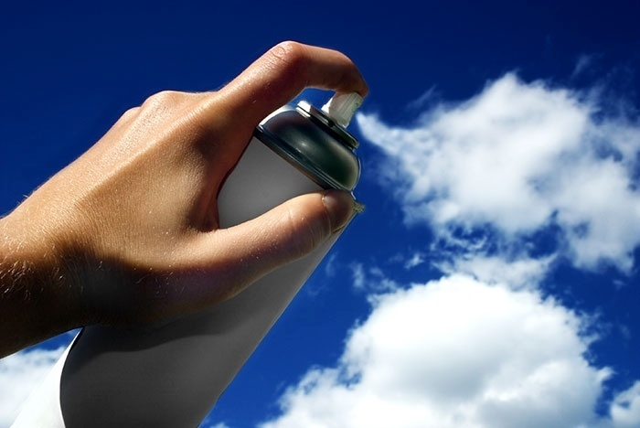 """10.jun.2015 - Um spray de fumaça? Ilusão """"pinta"""" o céu com as nuvens"""
