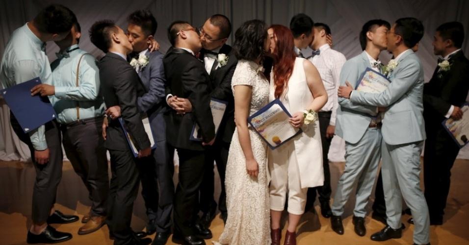 9.jun.2015 - Casais chineses se beijam após casamento coletivo em West Hollywood, na Califórnia (EUA). Os casais homossexuais foram selecionados como vencedores de um concurso organizado pelo site Alibaba. A China descriminalizou a homossexualidade em 1997, mas não reconhece casamentos entre pessoas do mesmo sexo