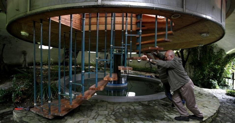 11.jul.2015 - Bohumil Lhota, um construtor de 73 anos de idade, gira sua casa em Velke Hamry, perto da cidade de Jablonec nad Nisou, 100 km a nordeste de Praga. O imóvel, construído entre 1981 e 2002, é capaz de se mover para cima e para baixo e girar, o que lhe permite ajustar a sua visão preferida