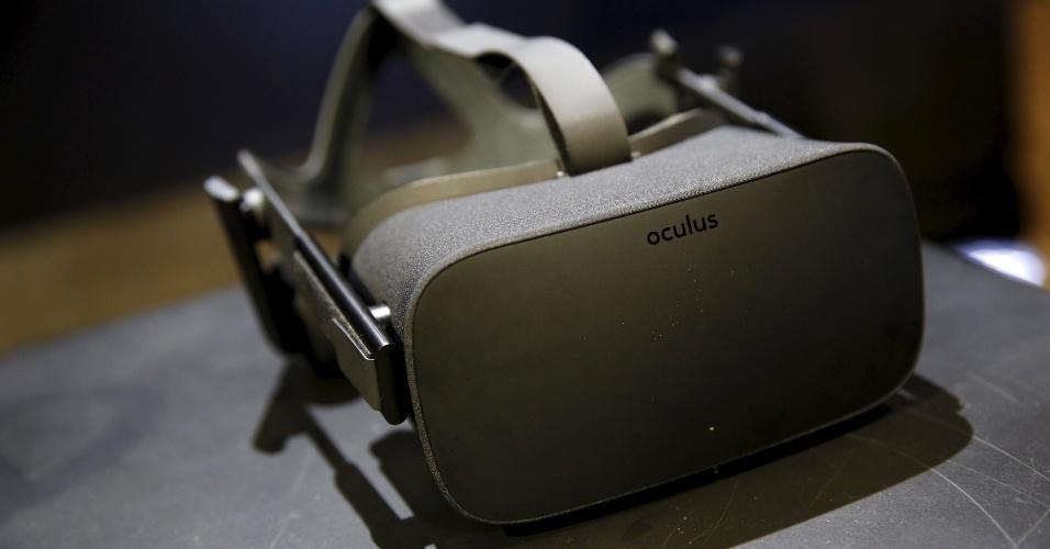 """11.jun.2015 - A versão final do óculos de realidade virtual """"Oculus Rift"""" foi oficialmente divulgada em San Francisco (EUA). Visual não agradou os críticos, que os chamaram de """"parvo"""". O gadget estará à venda no início do próximo ano a um custo de cerca de US $ 1.500. """"Pela primeira vez, você poderá verdadeiramente fazer parte de um jogo"""", disse Brendan Iribe, diretor-executivo da Oculus, que recentemente foi comprada pelo Facebook"""