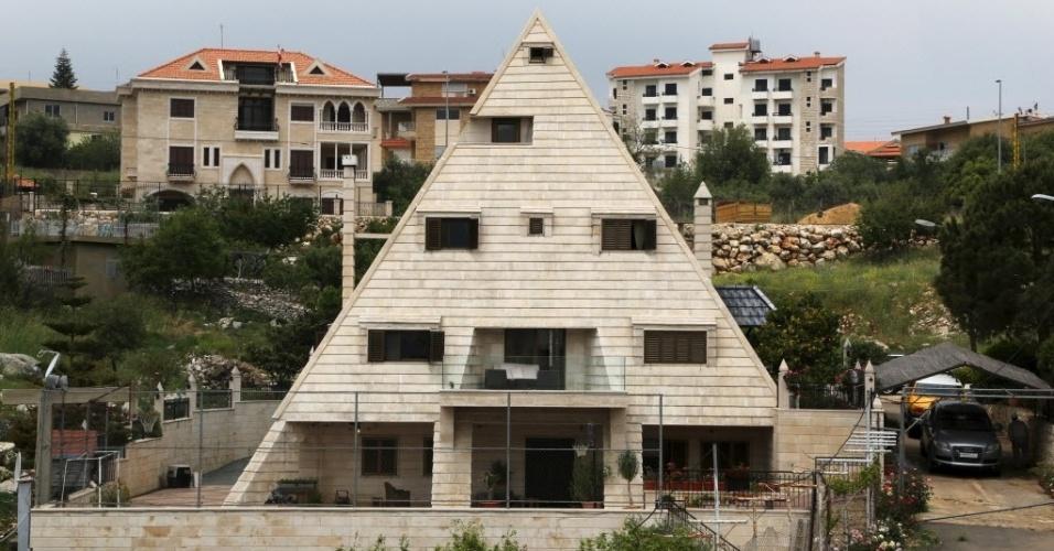 11.jun.2015 - Casa é feita em forma de pirâmide na aldeia de Miziara, no norte do Líbano. A região também se orgulha da construção de casas residenciais que lembram antigos templos gregos e ruínas egípcias