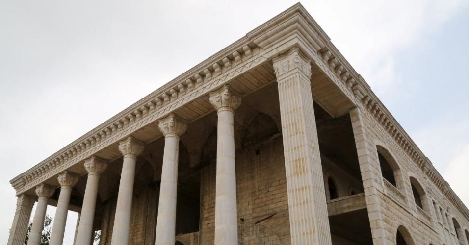 11.jun.2015 - Casa é feita em forma de um templo do grego na aldeia de Miziara, no norte do Líbano. A região também se orgulha da construção de casas residenciais em forma de aviões e ruínas egípcias