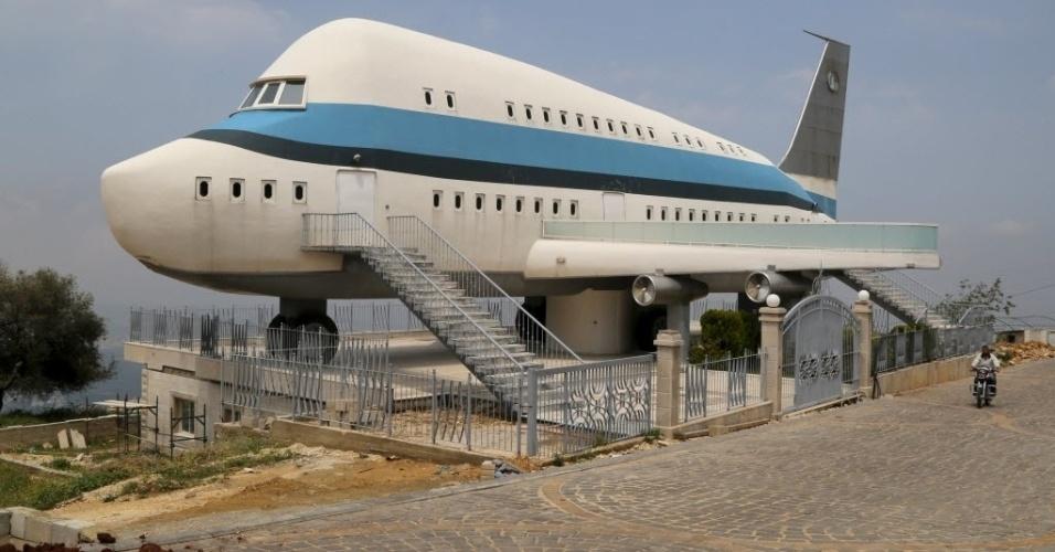 11.jun.2015 - Casa em forma de avião é construída na aldeia de Miziara, no norte do Líbano. A região também se orgulha da construção de casas residenciais que lembram antigos templos gregos e ruínas egípcias