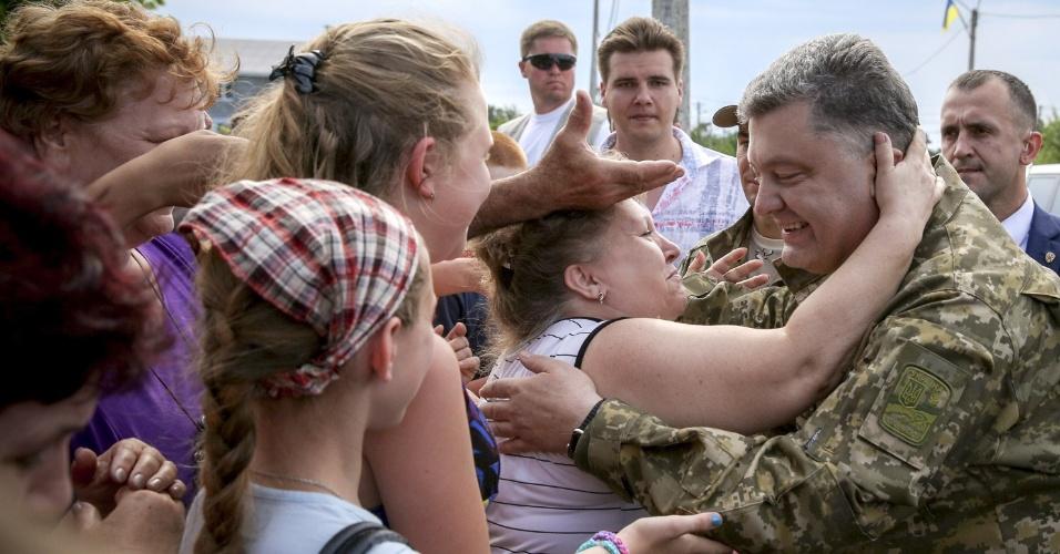 11.jun.2015 - Moradores cumprimentam o presidente da Ucrânia, Petro Poroshenko, durante sua visita a Mariupol, na região de Donetsk, leste do país. A embaixadora dos Estados Unidos ante as Nações Unidas, Samantha Power, denunciou nesta quinta-feira em Kiev