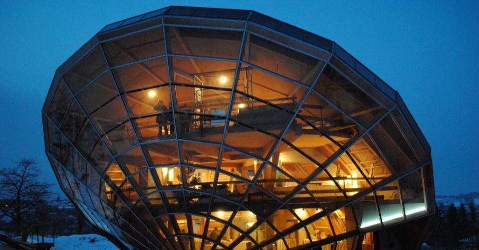 11.jun.2015 - O Heliodome é uma casa solar bioclimática em Cosswiller, no leste da França. A casa foi projetada como um relógio solar tridimensional gigante, ajustado em um ângulo fixo em relação aos movimentos do Sol