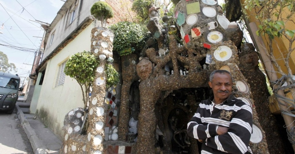 11.jun.2015 - O jardineiro brasileiro Estevão Silva da Conceição construiu uma casa de pedra na favela Paraisópolis, em São Paulo