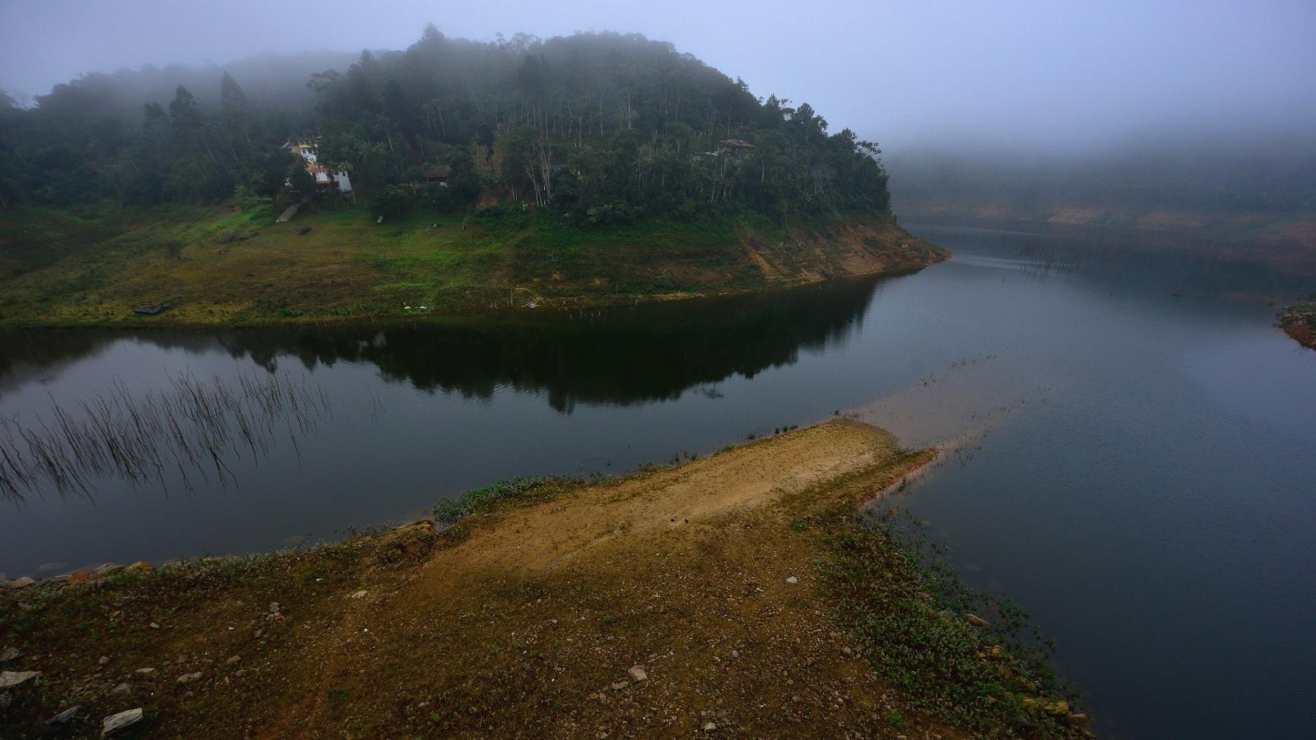 12.jun.2015 - Imagem mostra o nível baixo da represa de Paraibuna, que regula a vazão do rio Paraíba do Sul, responsável pelo fornecimento de água para várias cidades do Vale do Paraíba e do Estado do Rio de Janeiro, nesta sexta-feira (12)