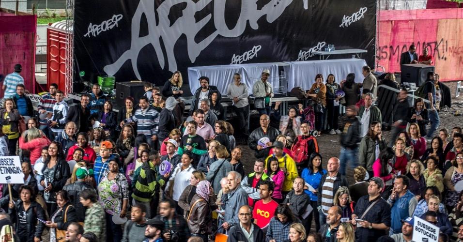 12.jun.2015 - Professores estaduais em greve participam de assembleia no vão-livre do Masp (Museu de Arte de São Paulo), nesta sexta- feira (12), para decidir se o movimento prosseguirá. A mobilização foi organizada pela Apeoesp (Sindicato dos Professores do Ensino Oficial do Estado). Decretada em 13 de março, esta é a mais longa paralisação liderada pela agremiação