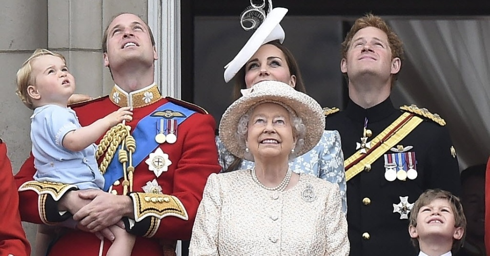 13.jun.2015 - A família real observa o show aéreo durante as comemorações do aniversário de 89 anos da rainha Elizabeth; ela nasceu em abril, mas a data é celebrada em junho para coincidir com o verão europeu