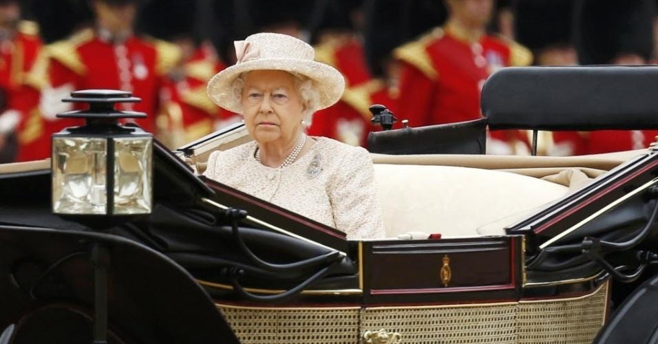 13.jun.2015 - A rainha Elizabeth, da Inglaterra, chega de carruagem às comemorações de seu aniversário neste sábado (13); a rainha faz aniversário em abril, mas as comemorações são marcadas em junho, quando é verão no hemisfério norte