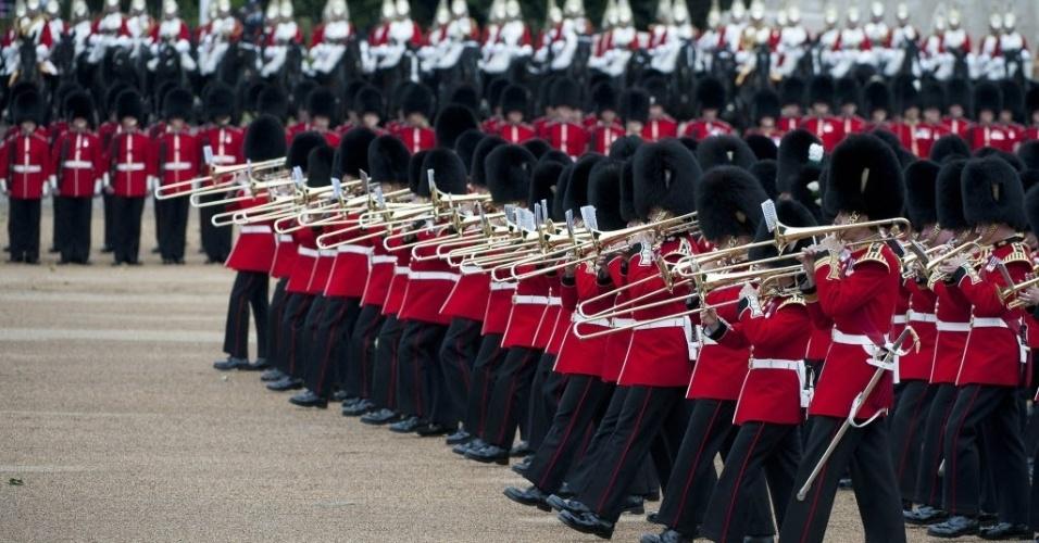 13.jun.2015 - Mais de 1.000 soldados da guarda real desfilaram durante a comemoração do 89º aniversário da rainha Elizabeth, da Inglaterra, neste sábado (13)