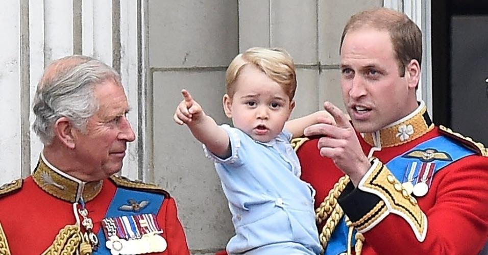 13.jun.2015 - O princípe Charles observa William e o bebê real, George, durante a comemoração do aniversário da rainha Elizabeth, da Inglaterra