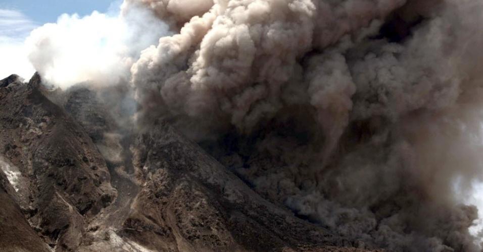 13.jun.2015 - Vulcão Monte Sinabung exepele cinzas em Karo, na Indonésia. O alerta na província de Sumatra do Norte foi elevado para o nível mais alto e mais de 2.700 pessoas foram levadas para áreas mais seguras