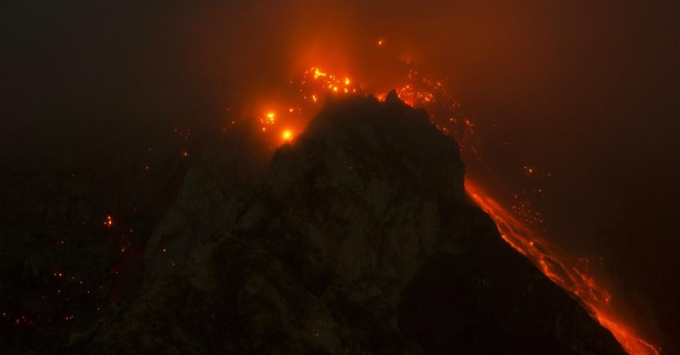 14.jun.2015 - Em imagem de longa exposição, o monte Sinabung derrama lava neste domingo (14) próximo à cidade indonésia de Karo, no norte do país. Cerca de 3.000 pessoas foram evacuadas de suas casas depois que autoridades da Indonésia elevarem o alerta para o nível máximo no dia 4 de junho em decorrência das erupções do vulcão Sinabung
