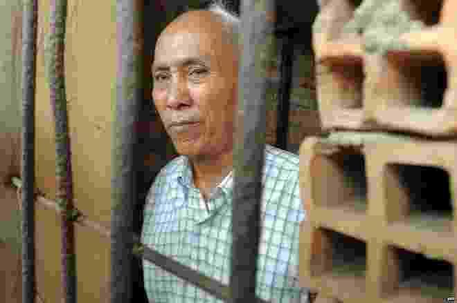 14.jun.2015 - Chum Mey é um dos poucos sobreviventes da prisão de Toul Sleng, a mais conhecida do Camboja. Na década de 1970, pelo menos 12 mil pessoas foram torturadas e mortas no local. Poucos prisioneiros sobreviveram. Dois deles têm voltado às celas da prisão todos os dias, para recordar a população sobre o passado obscuro do país - BBC