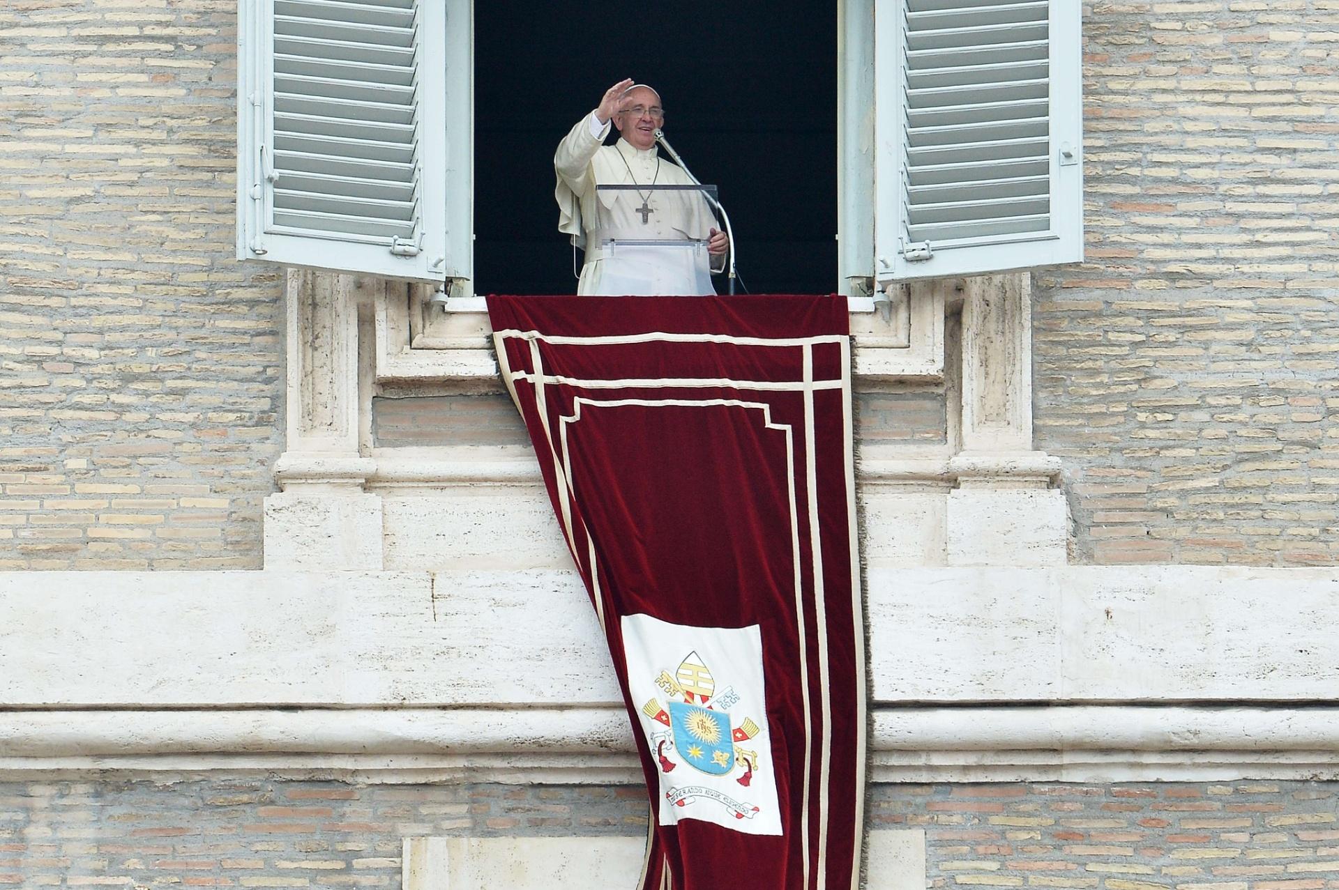 14.jun.2015 - Da janela do Palácio Apostólico, Papa Francisco saúda os fiéis reunidos na Praça de São Pedro, durante a oração do Angelus, no Vaticano