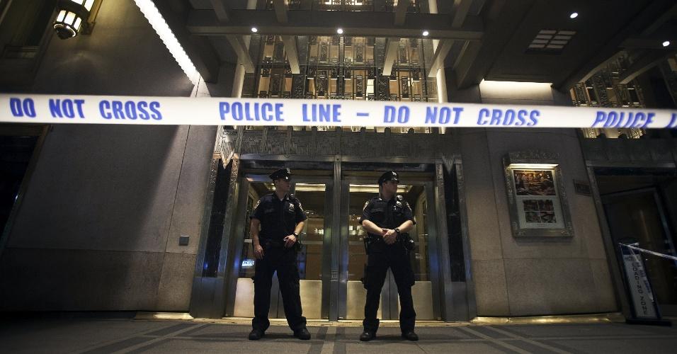 14.jun.2015 - Policiais isolam a entrada principal do Waldorf Astoria Hotel após tiro disparado durante casamento, em Nova York, EUA