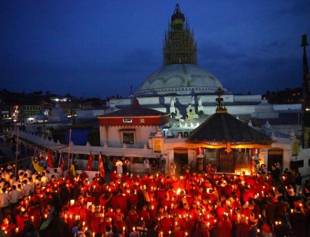 12.jun.2015 - Monges budistas nepaleses participam de uma vigília e oferecem orações em memória dos mortos no terremoto de 25 de abril, diante da Estupa Bouddhanath, em Katmandu