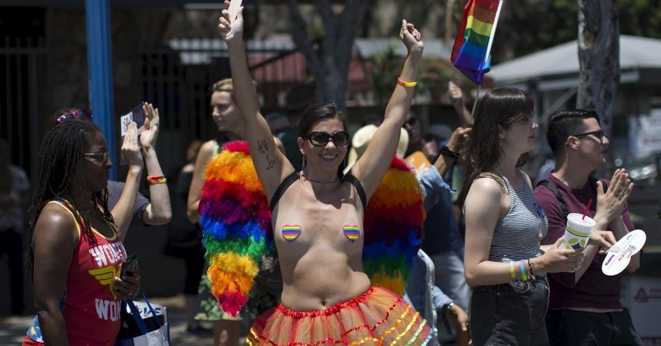 14.jun.2015 - Plateia dança durante o desfile de carros alegóricos e blocos da 45ª Los Angeles Pride em West Hollywood, Califórnia (EUA)