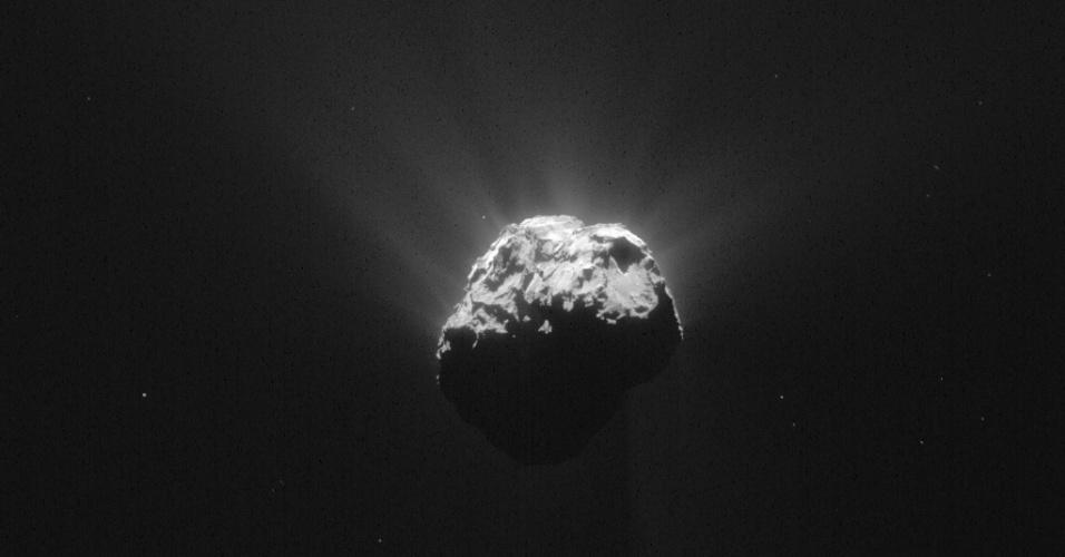15.jun.2015 - Após 211 dias de hibernação, o módulo Philae, da sonda Rosetta, transmitiu vários sinais marcando uma retomada intensa das suas atividades. Equipes da ESA trabalham para fazer um plano de voo que possa auxiliar na renovação de pesquisas cientificas. O módulo Philae é o primeiro dispositivo comandado pelo ser humano que conseguiu aterrissar sobre um cometa. A imagem foi divulgada pela ESA (agência espacial europeia) nesta segunda-feira (15)
