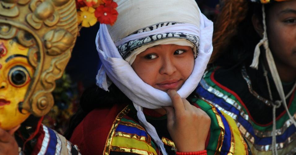 15.jun.2015 - Dançarinos nepaleses encenam coreografias tradicionais em cerimônia na praça Durbar para marcar a reabertura dos locais listados como patrimônio mundial pela Unesco em Bhaktapur -- danificados pelo terremoto em 25 de abril. O governo decidiu reabrir esses templos, apesar dos avisos de que ainda não estariam seguros, em uma tentativa de atrair turistas