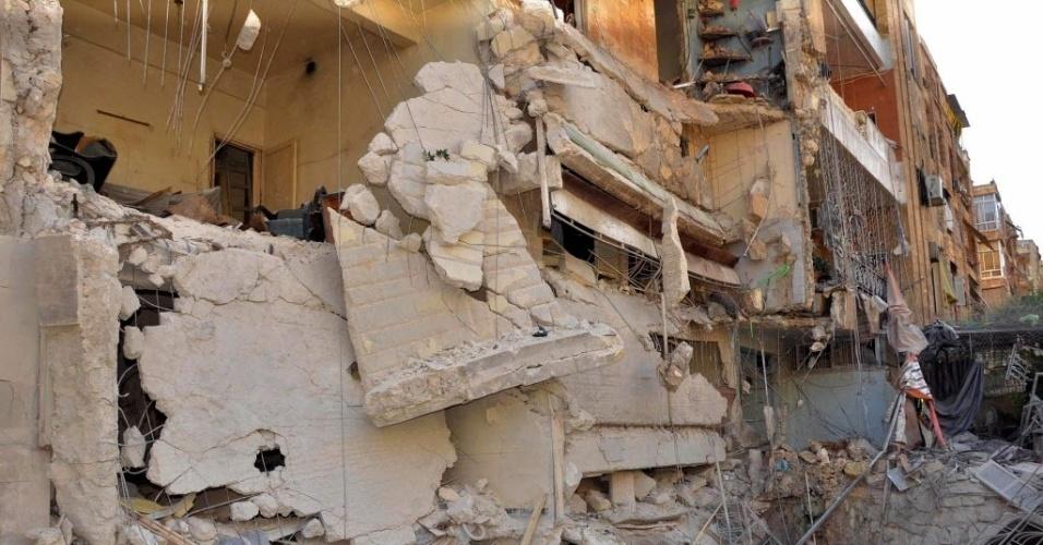 15.jun.2015 - Edifício do bairro Bani Zeid, em Alepo, na Síria, é destruído após ser atingido por ataque aéreo nesta segunda-feira (15). Pelo menos 34 civis morreram e 190 ficaram feridos, de acordo com o Observatório Sirio de Direitos Humanos