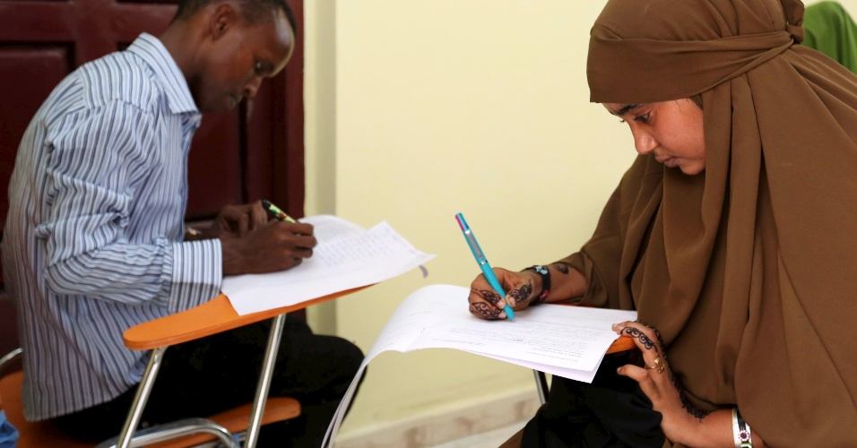 15.jun.2015 - Estudantes da escola secundária fazem prova de avaliação nacional em Mogadício, capital da Somália