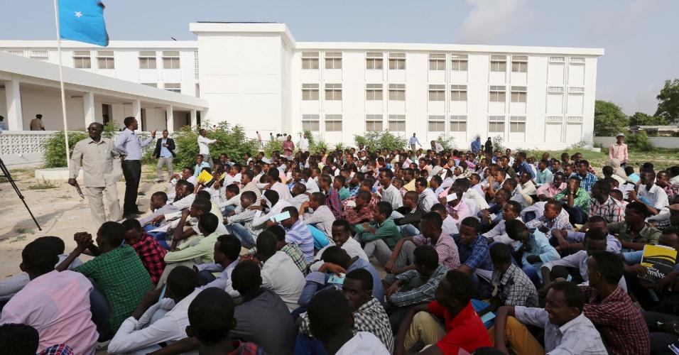 15.jun.2015 - Estudantes do ensino secundário recebem instruções antes da prova nacional que fazem nesta segunda em Mogadício, capital da Somália