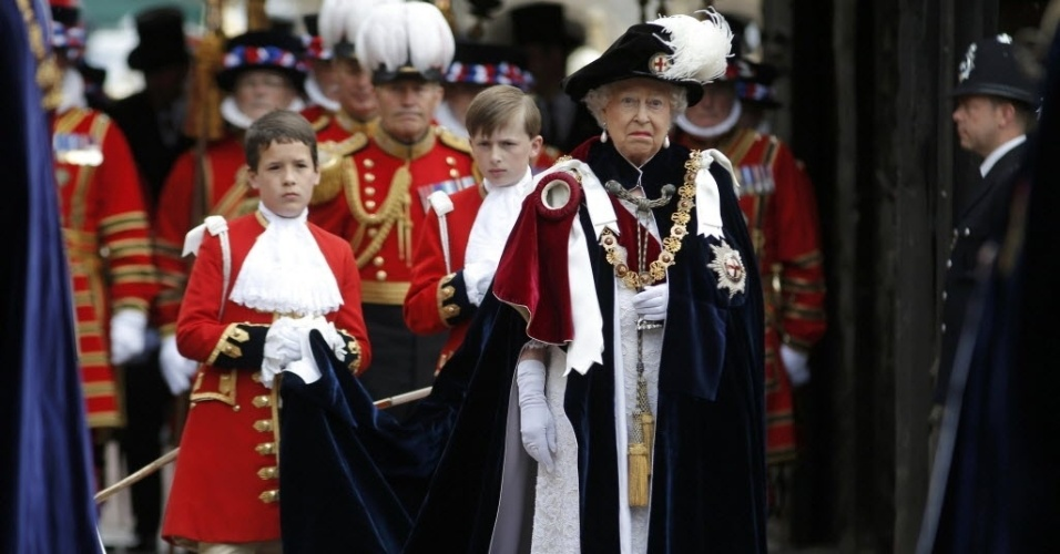 15.jun.2015 - Rainha Elizabeth 2ª participa de procissão em razão da 'Order of the Garter', a mais antiga ordem de cavalaria britânica, fundada em 1348 por Edward 3º, na Capela de St George, no castelo de Windsor. Todos os anos, em junho, os cavaleiros se reúnem para fazer o juramento e receberem insígnias