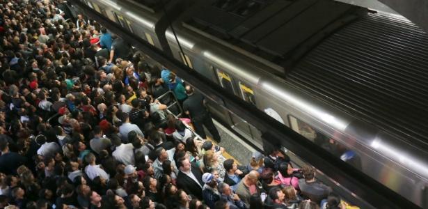 Usuários do Metrô de São Paulo enfrentam dificuldade para embarcar na Estação Sé