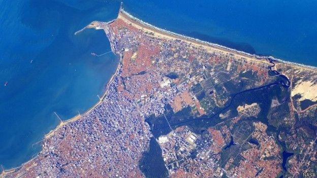 16.jun.2015 - A costa de Fortaleza (CE) também aparece com azul marcante vista do espaço