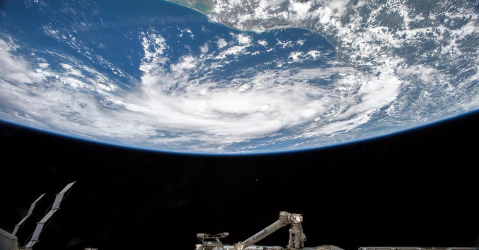 16.jun.2015 - A Nasa (Agência Espacial Americana) divulgou imagem do avanço da tempestade tropical