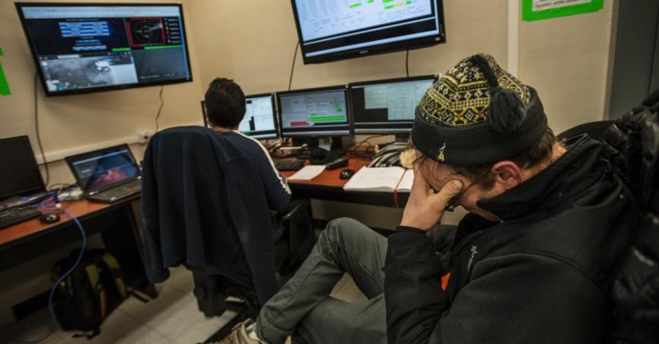 16.jun.2015 - Astrônomo Sheperd Doeleman reage a um relatório de mau tempo na sala de controle do Grande Telescópio Milimétrico, que coleta dados de buracos negros, no Parque Nacional Pico De Orizaba, no México. Um grupo de pesquisadores espera usar uma rede de telescópios ligados por antenas para fotografar um buraco negro