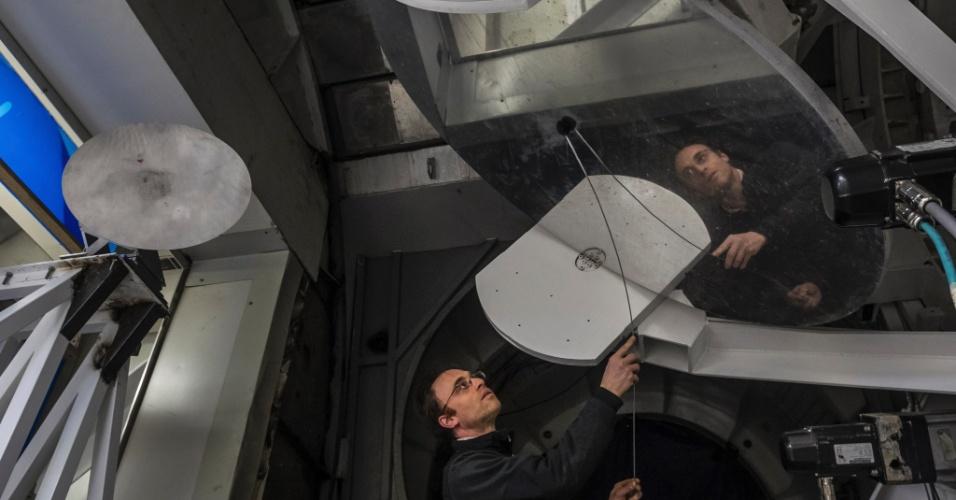 16.jun.2015 - Astrônomo Sheperd Doeleman trabalha no Grande Telescópio Milimétrico, que coleta dados de buracos negros, no Parque Nacional Pico De Orizaba, no México. Um grupo de pesquisadores espera usar uma rede de telescópios ligados por antenas para fotografar um buraco negro