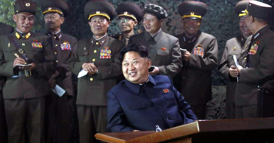 16.jun.2015 - Cercado por membros do alto escalão militar, o sorridente Kim Jong-un acompanha um exercício de guerra noturno da artilharia norte-coreana em data e lugar do país não revelados. A simulação, divulgada pelo Rodong Sinmun, jornal do Partido dos Trabalhadores da Coreia do Norte, foi reportada um dia depois de a Coreia do Norte anunciar que está disposta a manter um diálogo com o governo de Seul, incluindo a suspensão dos exercícios militares conjuntos entre Coreia do Sul e Estados Unidos