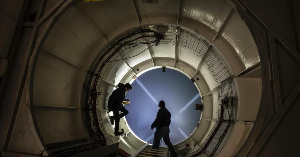 16.jun.2015 - Cientistas checam as condições do Grande Telescópio Milimétrico, que coleta dados de buracos negros, no Parque Nacional Pico De Orizaba, no México