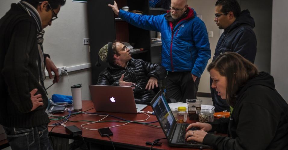 16.jun.2015 - Cientistas monitoram dados enviados pelo Grande Telescópio Milimétrico, que coleta dados de buracos negros, no Parque Nacional Pico De Orizaba, no México. Um grupo de pesquisadores espera usar uma rede de telescópios ligados por antenas para fotografar um buraco negro