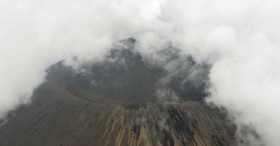 16.jun.2015 - Foto aérea registra uma pequena erupção no Monte Asama, situado no centro do Japão, a cerca de 140 quilômetros de Tóquio