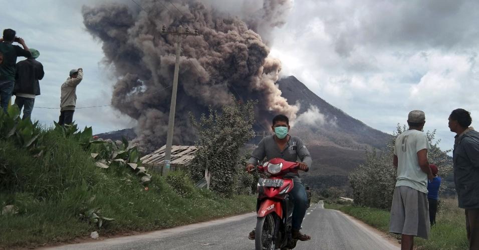 16.jun.2015 - Morador do distrito de Karo Regency foge de motocicleta da erupção do vulcão Monte Sinabung, na província Sumatra Norte, Indonésia. Mais de 1.200 moradores de vilas foram retirados da área na ilha de Sumatra, segundo um comunicado oficial