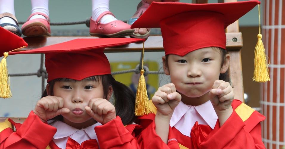 16.jun.2015 - Meninas fazem caretas durante a formatura da pré-escola em Chongqing, no sudoeste da China