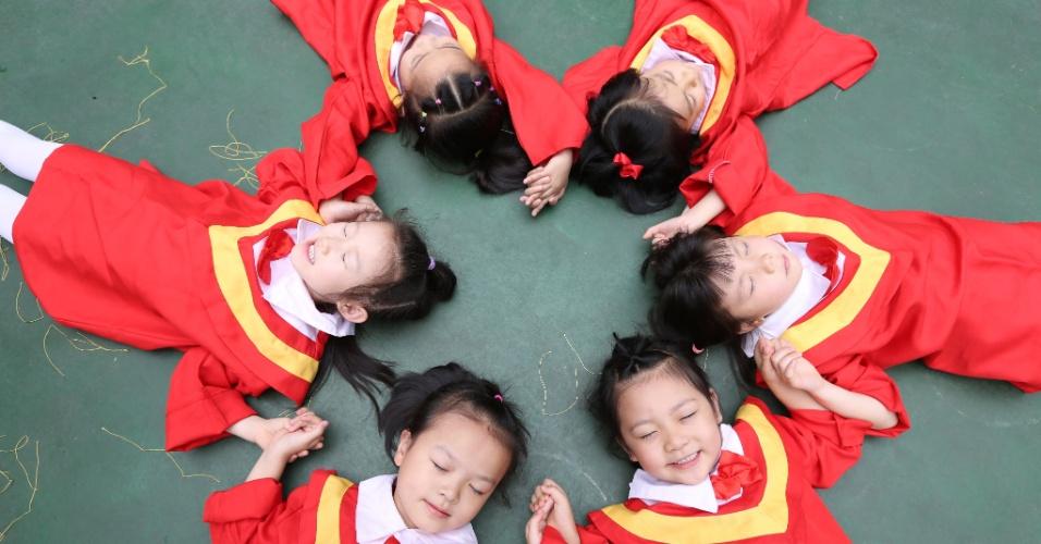 16.jun.2105 - Meninas brincam durante a formatura da pré-escola em Chongqing, no sudoeste da China