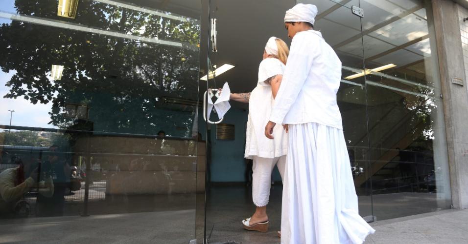 17.jun.2015 - - Katia Coelho Maria leva neta, que foi atingida por uma pedra quando saia de um culto no Candomblé, ao IML (Instituto Médico Legal) para fazer exame de corpo de delito, no Rio de Janeiro