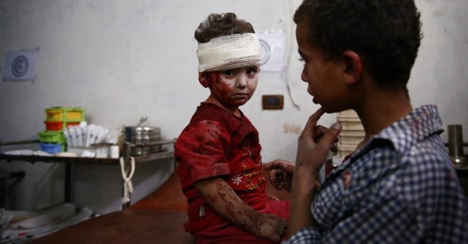 17.jun.2015 - Criança ferida aguarda tratamento em um centro médico improvisado em Douma, na periferia de Damasco, na Síria. As forças do ditador Bashar Assad teriam bombardeado a área que é controlada pelos rebeldes