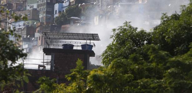 Nas redes sociais, moradores relatam um clima de confronto na comunidade, com tiros, bombas e fogos de artifício - Severino Silva/Agência O Dia/Estadão Contúdo
