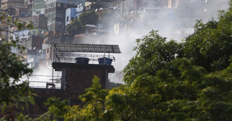 17.jun.2015 - Fumaça surge na favela da Rocinha, em São Conrado, na zona sul do Rio de Janeiro, durante operação de combate ao tráfico de policiais do COE (Comando de Operações Especiais da Polícia Militar), com o apoio da UPP (Unidade de Polícia Pacificadora), na manhã desta quarta-feira (17). Os policiais entraram na favela com o auxílio de blindados e helicópteros. Nas redes sociais, moradores relataram uma intensa troca de tiros, além de explosões de bombas e barulho de fogos de artifício