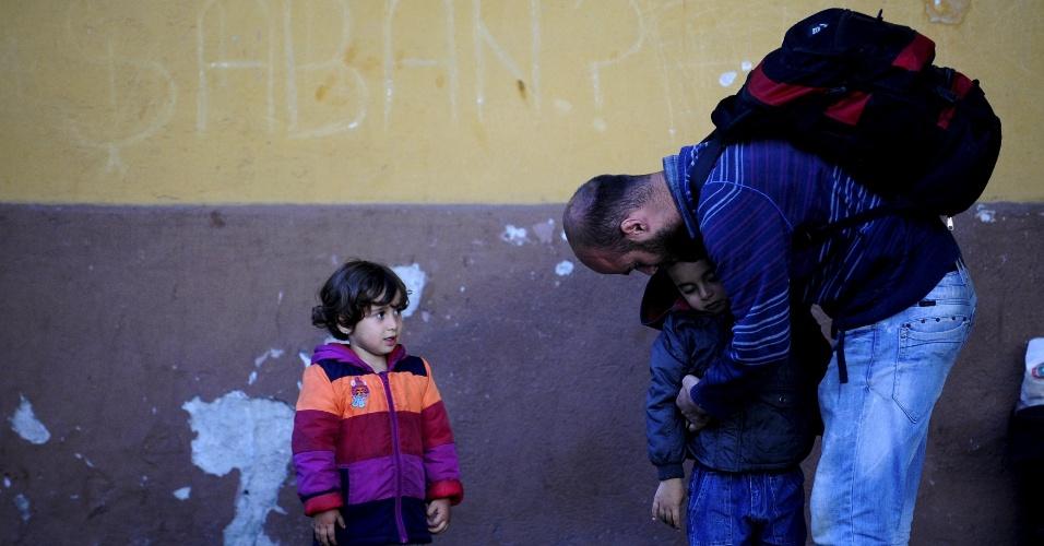 17.jun.2015 - Imigrante sírio abraça seu filho na estação de trem de Demirkapija, na Macedônia, nesta quarta-feira (17). A Hungria anunciou que irá construir uma cerca com quatro metros de altura com a Sérvia para conter o fluxo de imigrantes ilegais. Milhares de imigrantes entram para Europa através dos balcãs, a partir do Oriente Médio e África