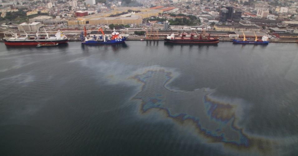 17.jun.2015 - Mancha de óleo aparece na baía de Guanabara, no Rio de Janeiro