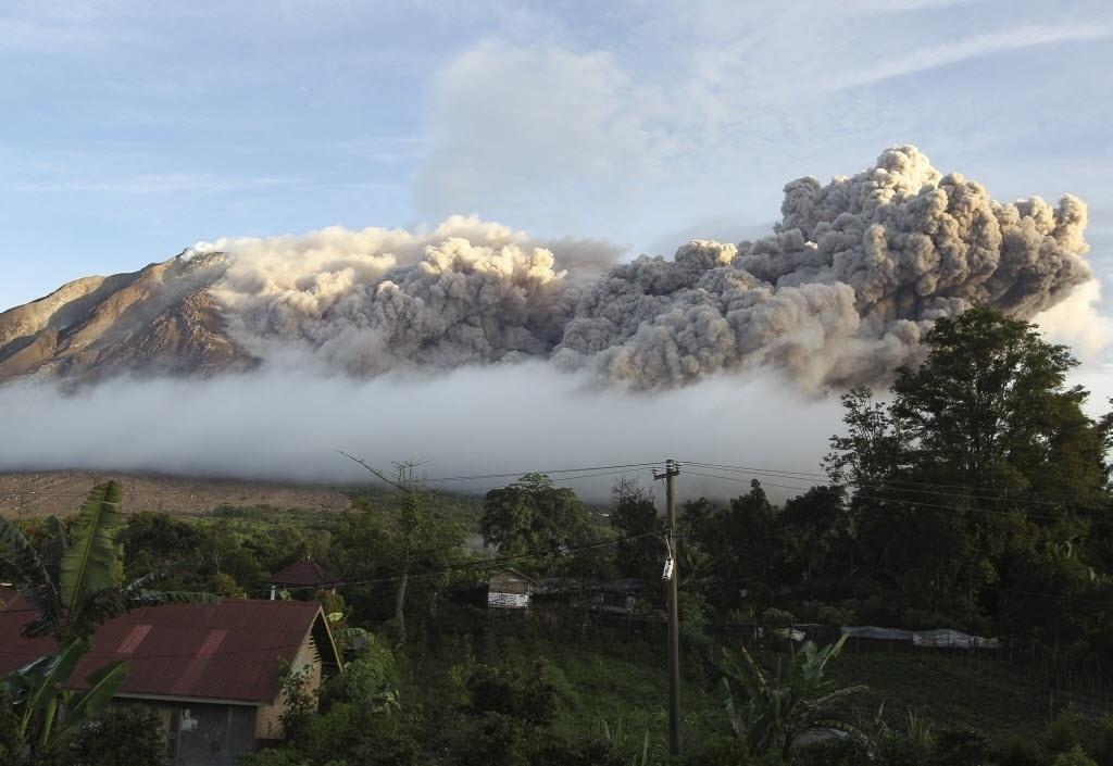 17.jun.2015 - Monte Sinabung expele cinzas durante erupção, em Karo Regency, província norte de Sumatra, na Indonésia, nesta quarta-feira (17)