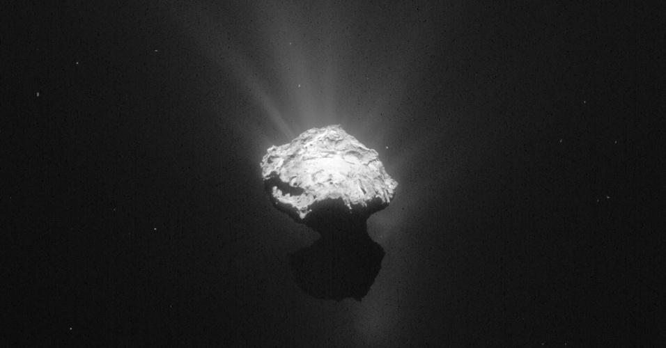 17.jun.2015 - O cometa Churyumov teve imagem registrada pela sonda Rosetta em 7 de junho de 2015, vários dias antes do robô europeu Philae acordar. A imagem foi feita a uma distância de 203 km. A imagem foi tratada para realçar os detalhes do cometa, mostrando o brilho global em torno do núcleo